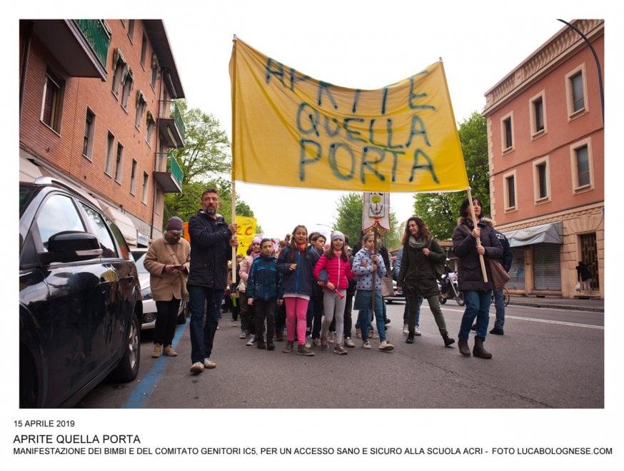 """Bologna, genitori e bimbi in corteo: """"Aprite quella porta"""""""