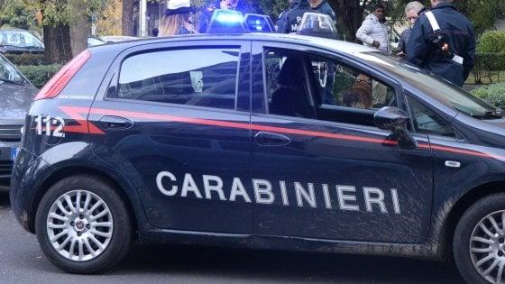 Entra in un bar, uccide il vicino con un colpo di pistola e chiede al barista di chiamare i carabinieri