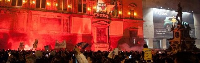 Bologna, fuochi d'artificio e bandiere per la Fortitudo in A