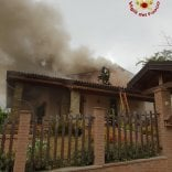 Camino incendia villetta, vigile del fuoco ferito