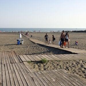 Quattordicenne denuncia violenza sessuale in spiaggia