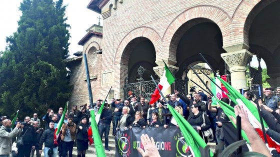 Fascisti a Predappio, bufera sulla Rai per il servizio del Tg regionale sulla commemorazione di Mussolini. Salini chiede chiarimenti
