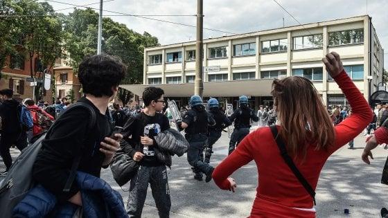 """Lancio sassi e scontri a Modena tra centri sociali e polizia al comizio di  Salvini: """"Quattro zecche"""""""