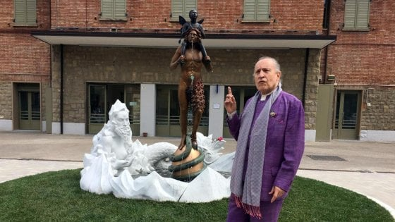 Ed ora arriva pure l'esorcista alla fontana dello scultore Luigi Ontani a Vergato