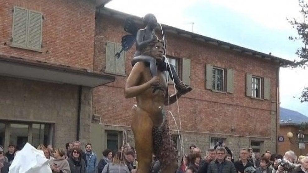 La fontana di Luigi Ontani a Vergato presa di mira dall'estrema destra: il fotoracconto