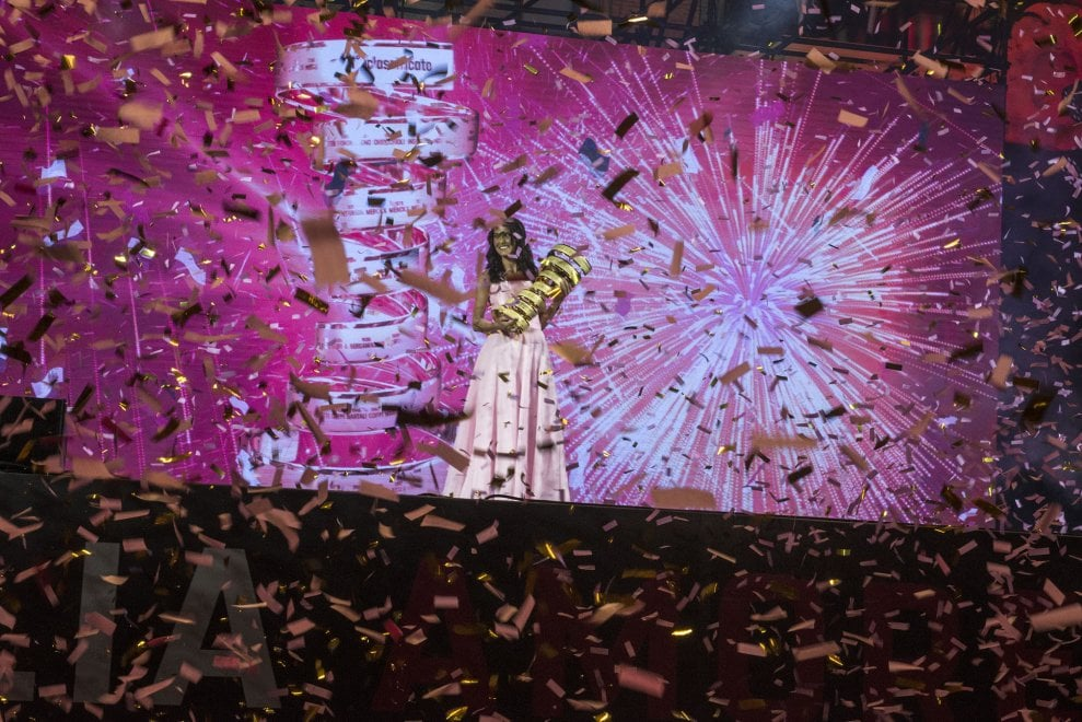 A voi il Giro d'Italia: lo show riempie piazza a Bologna