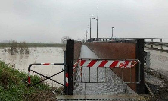 Maltempo, Romagna in ginocchio, Savio e Montone rompono gli argini: interrotta linea ferroviaria tra Bologna e Rimini. Secchia e Panaro in piena