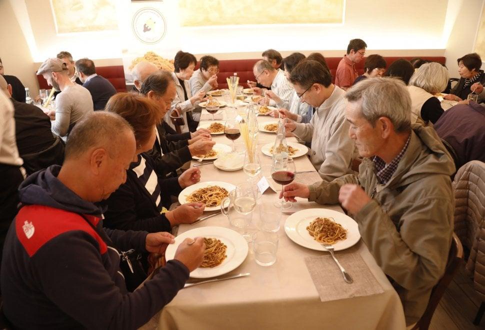 Bologna, i giapponesi pazzi per gli spaghetti alla Bolognese