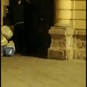Imbrattano il portone della polizia e si filmano, denunciati