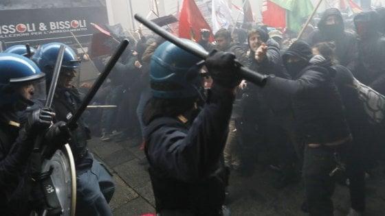 Un migliaio in piazza contro il comizio di Fiore a Bologna: scontri tra centri sociali e polizia