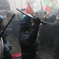 Un migliaio in piazza contro il comizio di Fiore a Bologna: scontri tra centri sociali e...