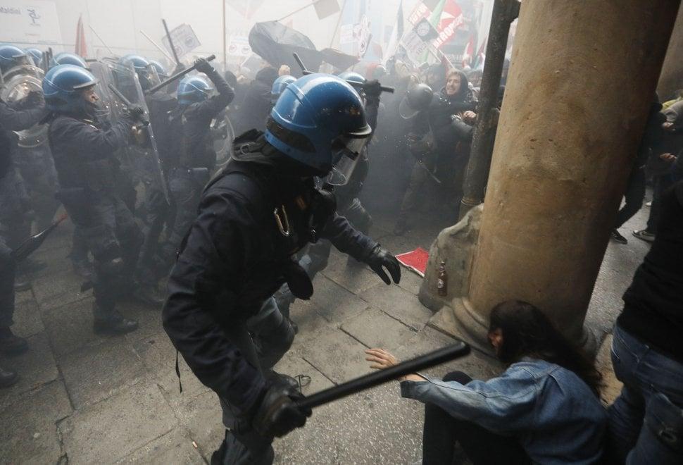 Bologna: la protesta antifascista contro il comizio di Fiore, leader di Forza Nuova