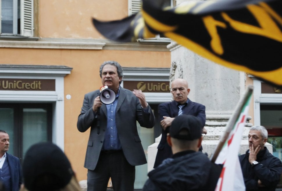 """Il comizio-lampo di Fiore davanti a qualche decina di attivisti di Forza Nuova: """"Le nostre idee al governo"""""""
