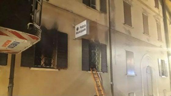 Mirandola, rogo nella sede della polizia locale: due donne morte. Arrestato un giovane nordafricano