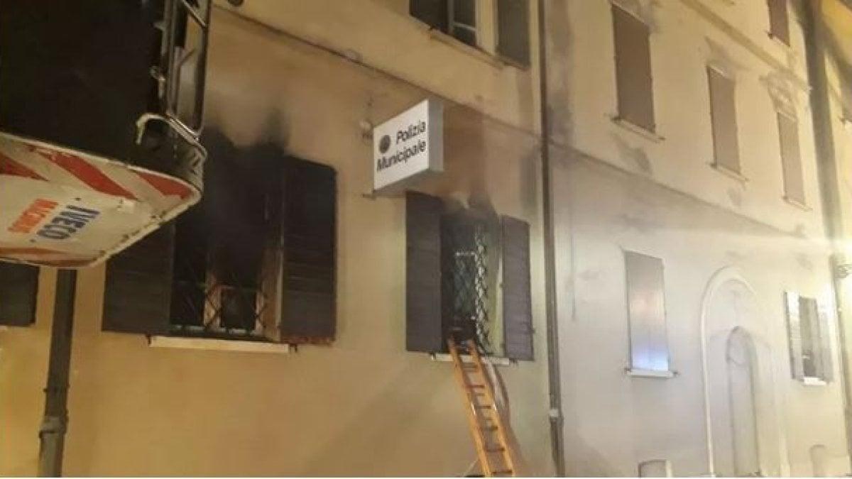 Mirandola, rogo nella sede della polizia locale: due donne morte. Arrestato giovane nordafricano