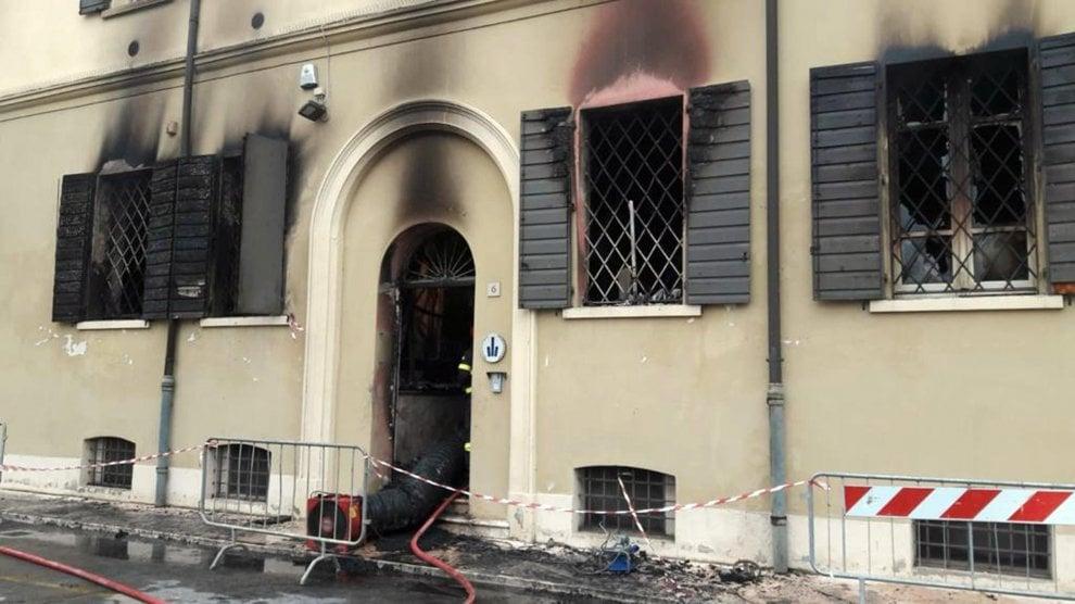 Incendio doloso nella sede dei vigili urbani a Mirandola: due vittime