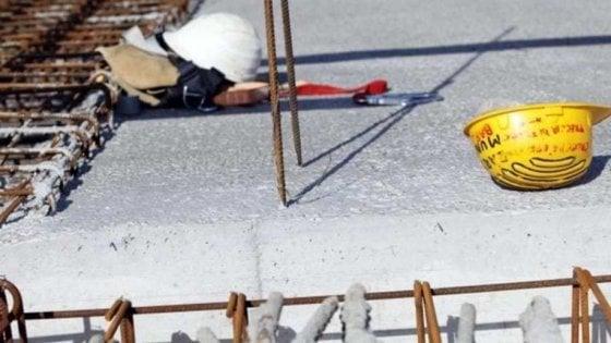 Piacenza, operaio schiacciato sotto una lastra d'acciaio. Un'altra morte sul lavoro