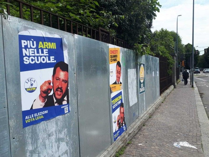 """""""Terroni votatemi"""", """"Onesti quando ci pare"""": spuntano a Bologna finti manifesti elettorali su Salvini e Di Maio"""