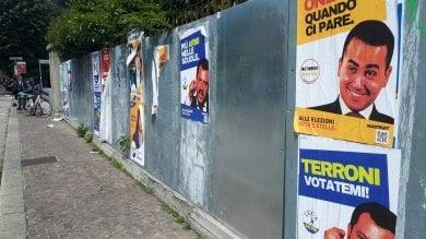 """""""Terroni votatemi"""", """"Onesti quando ci pare"""": finti manifesti elettorali su Salvini e Di Maio"""
