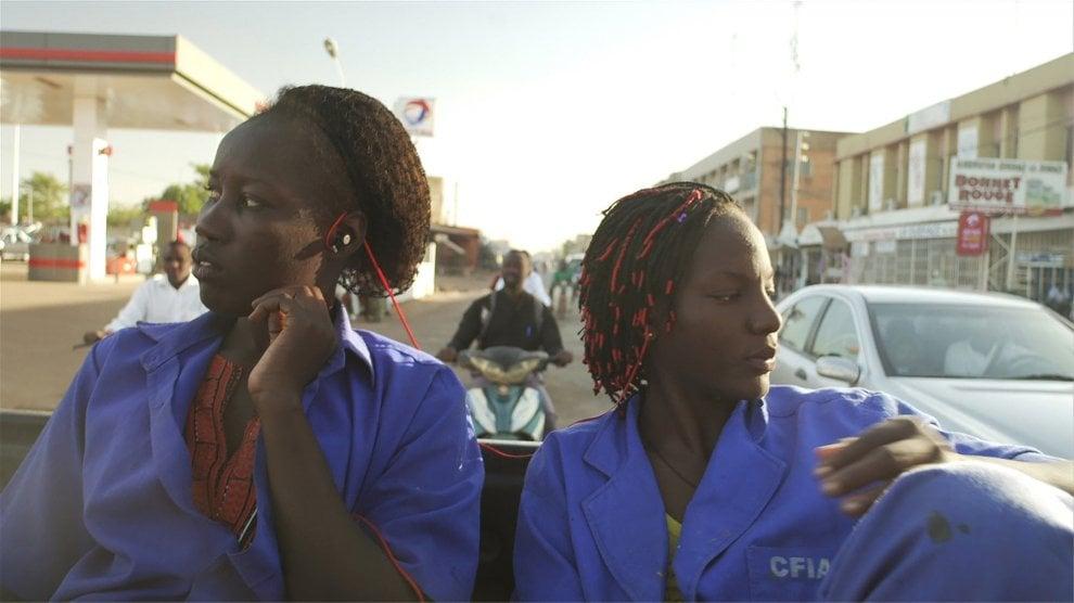 Arte-fatti: dal colonialismo al consumismo in Africa, il progetto fotografico di Adji Dieye