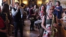 Il matrimonio in Comune finisce in Bella Ciao   con la banda Roncati