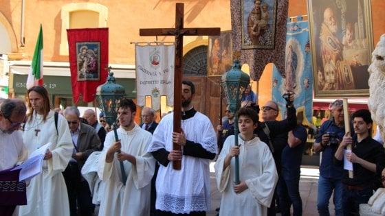 Modena, sfilano i cattolici oltranzisti contro il Gay Pride