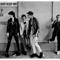 """""""The Clash: white riot, black riot"""": la band negli scatti fotografici di Adrian Boot"""
