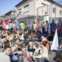 """Protesta davanti all'hub di via Mattei. """"Non trasferite i migranti"""""""