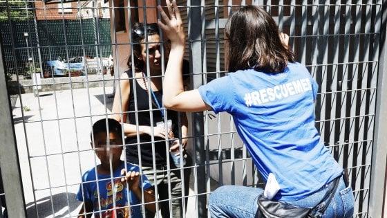 """Migranti Bologna, protesta davanti all'hub di via Mattei contro i trasferimenti, ridotti a venti. Il sindaco: """"Tensione voluta da Salvini"""""""