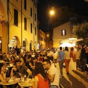 Bologna, stop a nuovi ristoranti, bar e supermercati in centro per tre anni