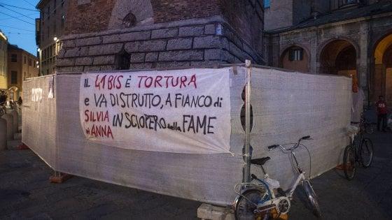 Blitz degli anarchici sotto le Torri a Bologna: due denunciati