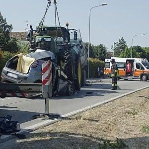 Ravenna, scontro con un trattore: tre morti