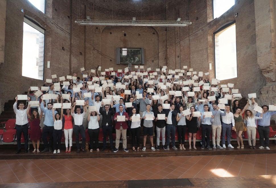 """L'ateneo di Bologna premia i suoi studenti migliori. Il rettore: """"Guardate avanti"""""""