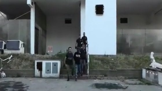 """Mafia nigeriana, i pm: """"Tortura per chi violava le regole"""". L'arrestato: """"Pestaggio di venti minuti per entrare nel clan"""""""