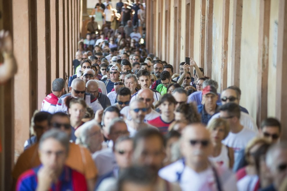 Bologna con Sinisa, migliaia in pellegrinaggio a San Luca per l'allenatore malato