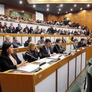Emilia-Romagna, passa la legge anti omofobia nella notte dopo 39 ore di discussione: è un record