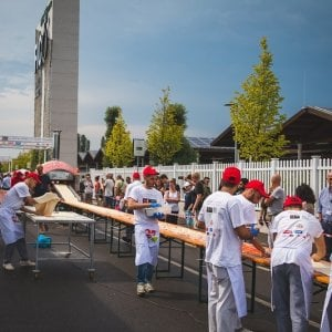 Mezzo chilometro di pizza: a Bologna un'impresa da Guinness