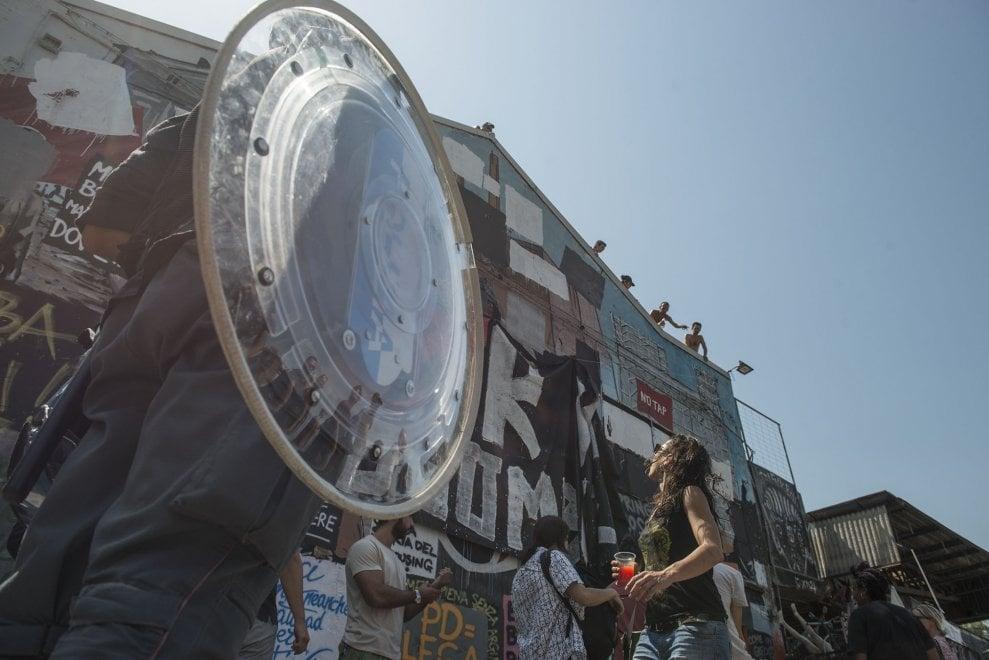 Sgombero all'alba a Bologna: blindati e ruspe per allontanare gli attivisti di Xm24