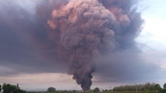Vasto incendio a Faenza in un deposito di logistica, colonna di fumo visibile dall'A14