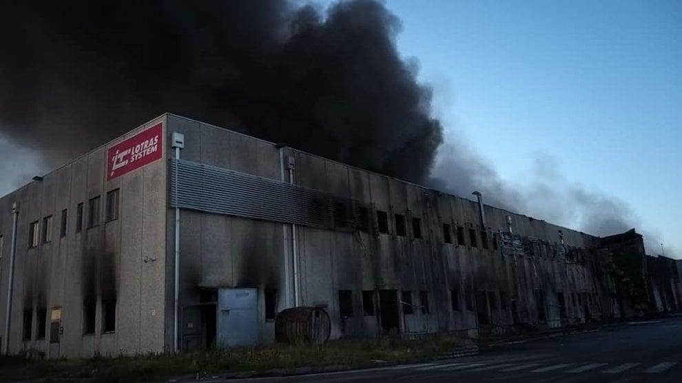"""Spaventoso incendio a Faenza, dopo oltre 30 ore """"fiamme quasi domate"""""""