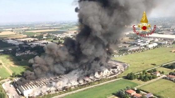 """Incendio Faenza, l'Arpae: """"Esclusi effetti sulla salute"""""""