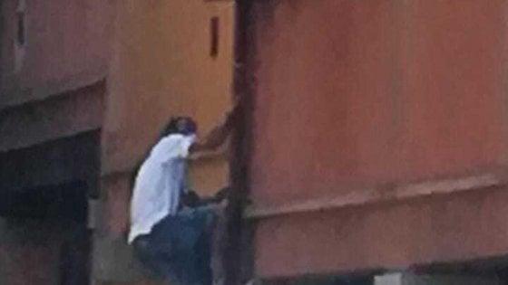 Bologna, ladro si arrampica ed entra in casa, ma trova il proprietario: arrestato