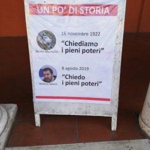 """Ravenna, manifesto dell'Anpi: Salvini chiede """"pieni poteri"""" come Mussolini. L'ira della Lega"""