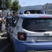 Bologna, la vicina segnala un ladro, lui aggredisce un agente