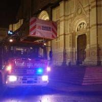 Impalcatura pericolante, vigili del fuoco al lavoro sul tetto della basilica