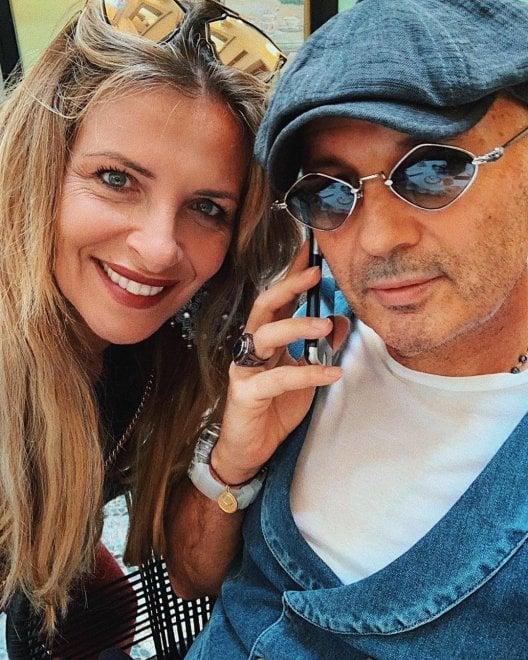 """Mihajlovic, il selfie con la moglie: """"Conta i fiori del tuo giardino, mai le foglie che cadono"""""""