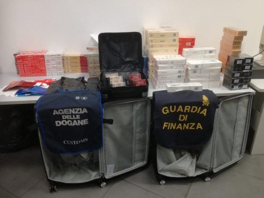 Quaranta chili di sigarette in tre valigie, sequestro all'aeroporto di Bologna