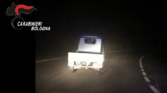 Bologna, inseguito dai Carabinieri si dà alla fuga a bordo di un apecar 50    -VIDEO-