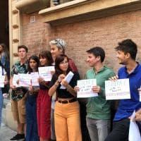 """Bologna, il flash mob degli studenti alla prima campanella: """"Legalità"""""""