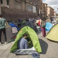 Tendopoli davanti al Comune di Bologna mentre all'interno si discute dell'emergenza casa